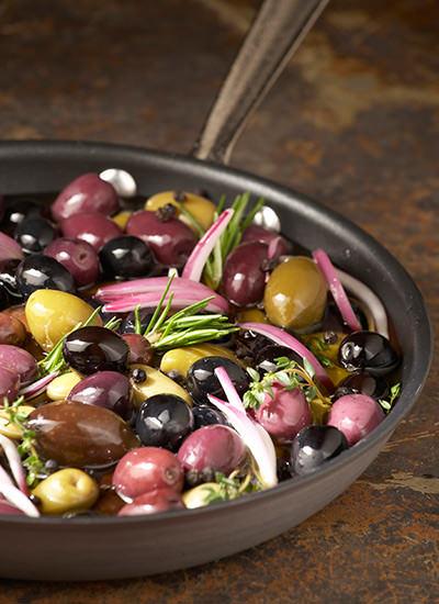 Aceitunas en conserva con cebollas y romero