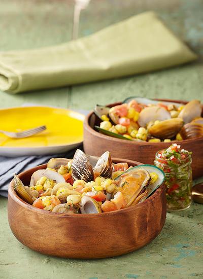 Almejas y mejillones con maíz, tomate y ají de cilantro