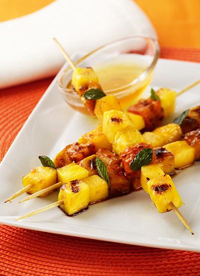 Brochetas de piña, higos y nectarinas con ron y miel