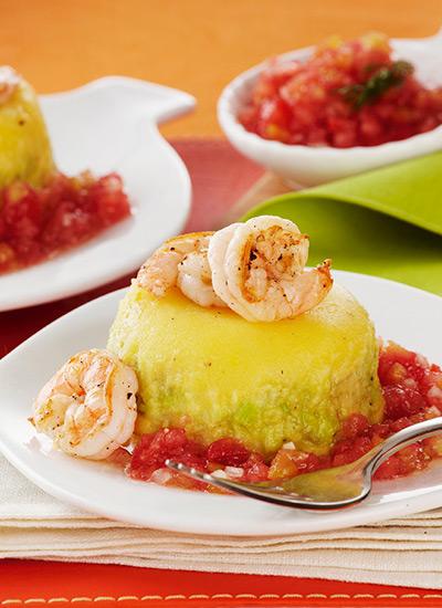 Causa de camarones con salsa cruda de tomate y ají