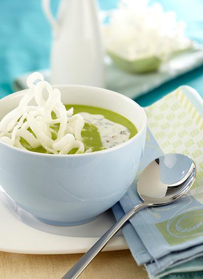 Crema de arveja con yogur, pistachos y hierbabuena