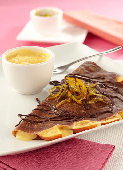 Crepes de chocolate con salsa de naranja y durazno