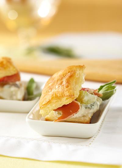 Cuadritos de hojaldre con queso cabaña y prosciutto