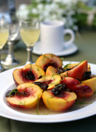 Duraznos al vino blanco y uvas pasas