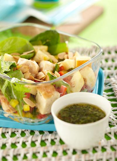 Ensalada de pollo con guisantes y manzana