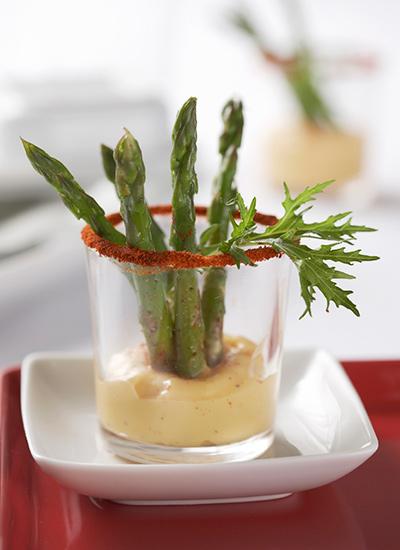 Espárragos con salsa de queso Gruyére
