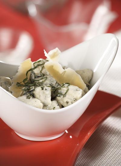 Ensalada de calabacín con queso ricota, albahaca y pasta