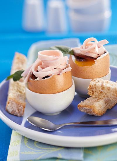 Huevo tibio con cebolla glaseada y pavo