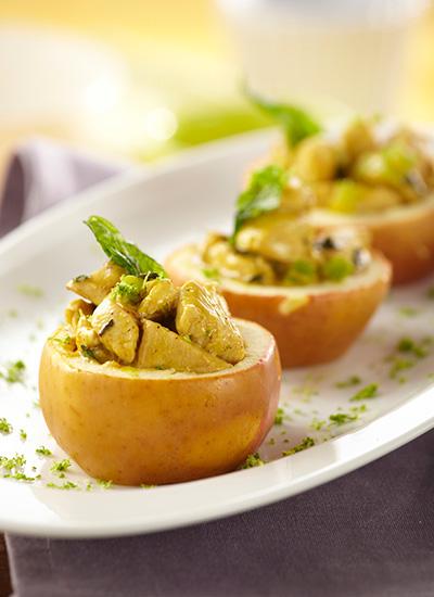 Manzanas rellenas de pollo con curry y albahaca