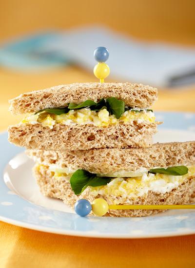 Minisándwiches de huevo y pepino cohombro