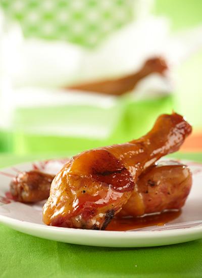 Muslos de pollo glaseados con miel y salsa de yogur