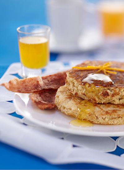 Pancakes de avena con tocineta de pavo y miel de naranja