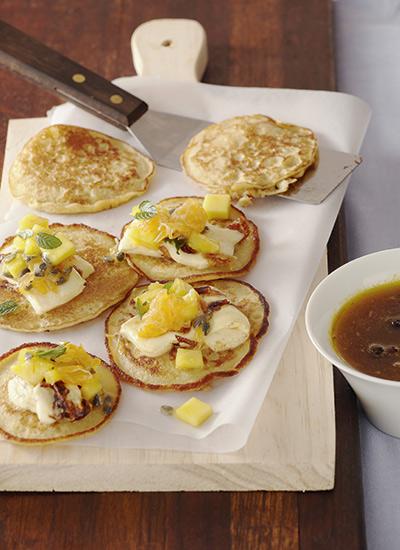 Pancakes de choclo, cuajada y frutas