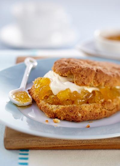 Panecillos de queso con mermelada de pera y piña