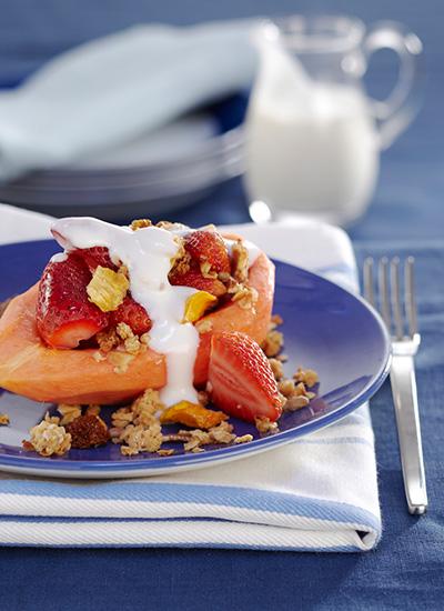 Papaya rellena de fresas con yogur y müesli casero