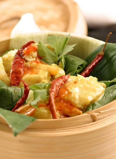 Pescado tailandés en hojas de plátano
