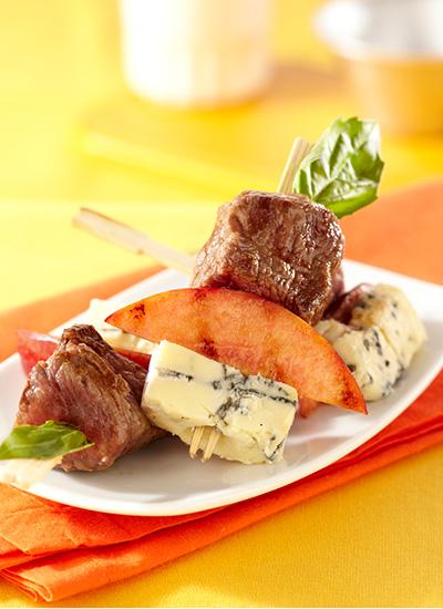 Pinchos de lomo con melocotón y queso azul
