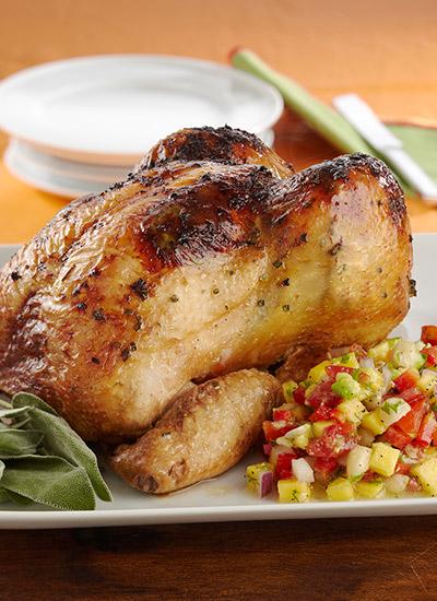 Pollo al horno con pico de gallo de mango y macadamias