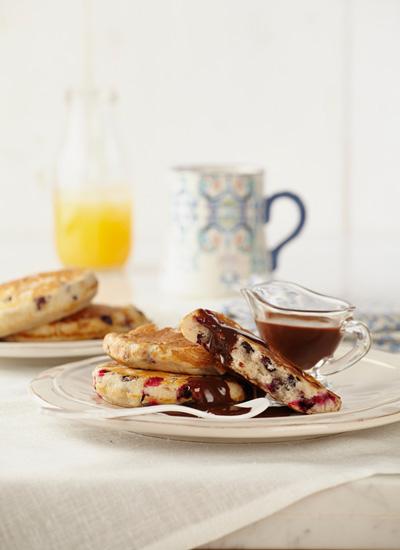 Pancakes con agraz, arándanos rojos y salsa de chocolate