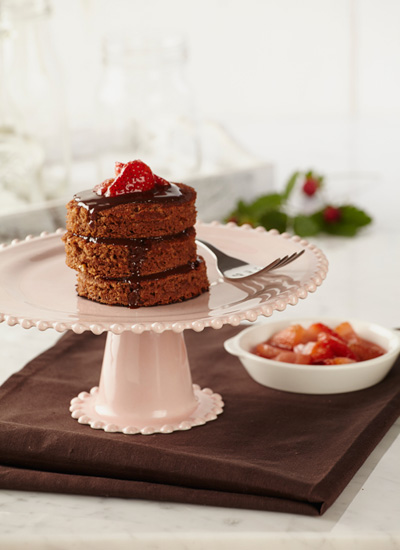 Pancakes de chocolate con salsa de chocolate y fresa