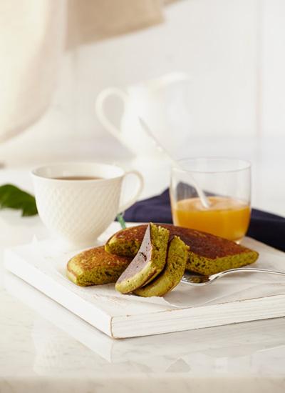 Pancakes de té verde con compota de duraznos