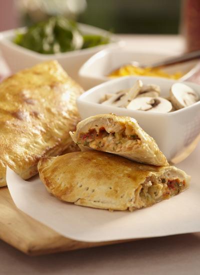 Panzerotti relleno de queso, pollo y aceitunas