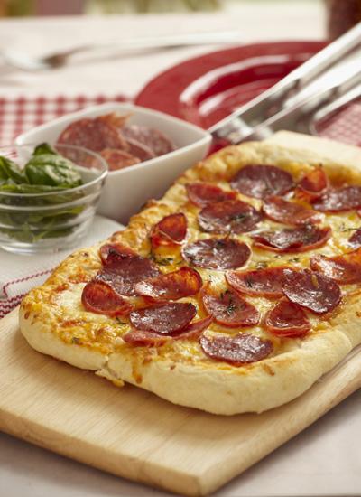 Pizza con salsa de tomate picante, chorizo, salami y tomillo