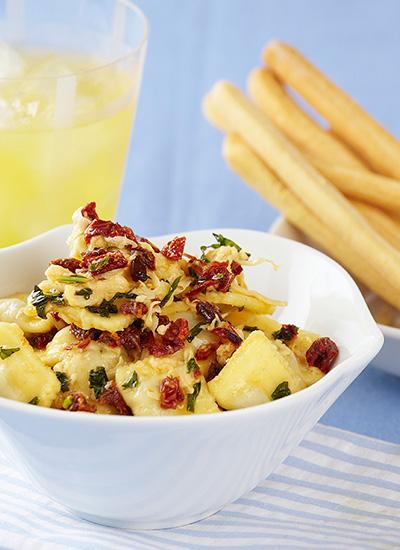 Raviolis rellenos de carne con mantequilla de tomate seco y albahaca