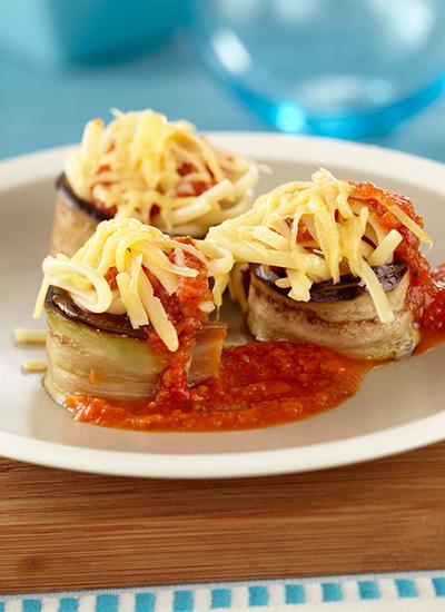 Rollos de berenjena con ternera y salsa de tomate
