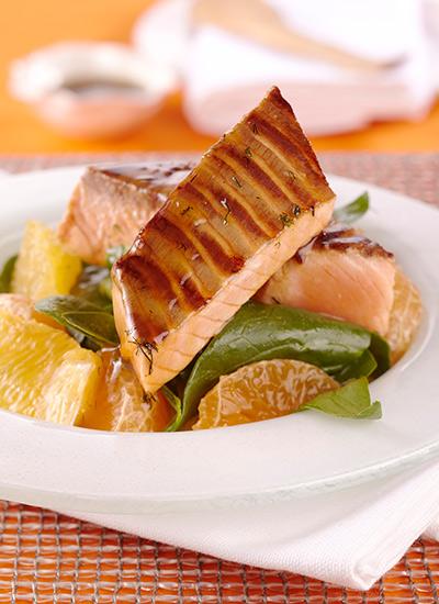 Salmón con miel de maple y naranjas
