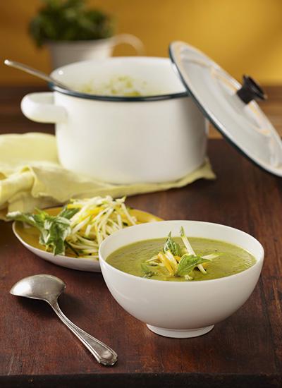 Sopa de calabacín con albahaca, puerro y limón