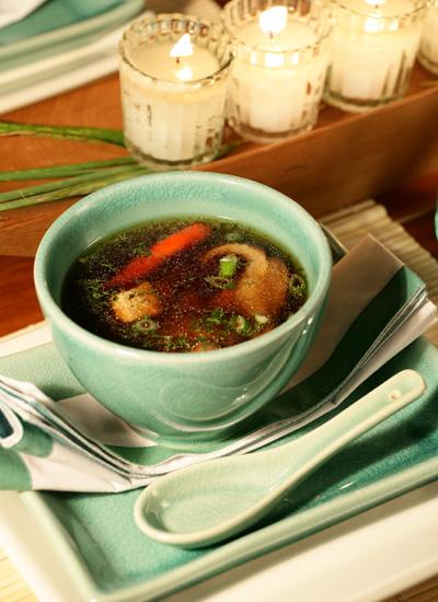Sopa clara de orellanas y pollo