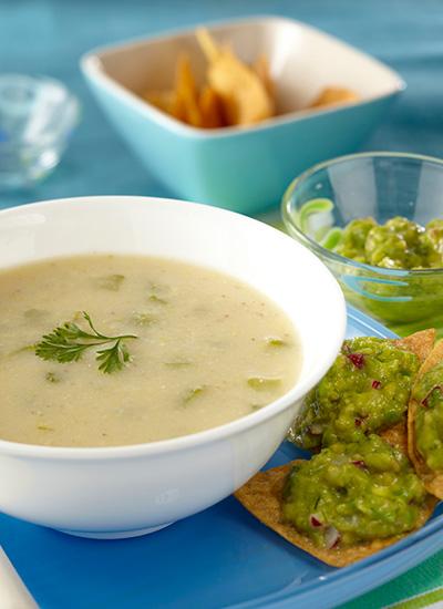 Sopa de mazorca con guacamole sobre totopos