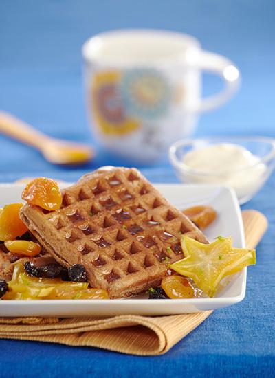 Waffles de chocolate con salsa de albaricoque y ricotta