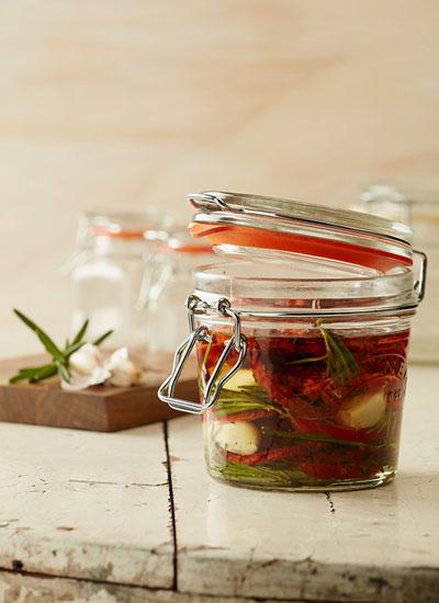 Aceite de ajos, tomates secos, romero y ají