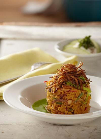 Arroz con pollo, almendras tostadas, cebolla frita, acompañado con ensalada de manzana verde y hierbabuena
