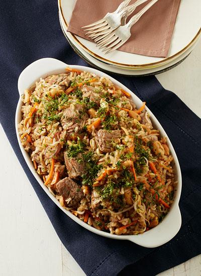 Arroz salteado con lomo, vegetales, maní y salsa de soya
