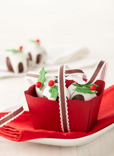 Bolitas de brownie con hojitas verdes de pastillaje