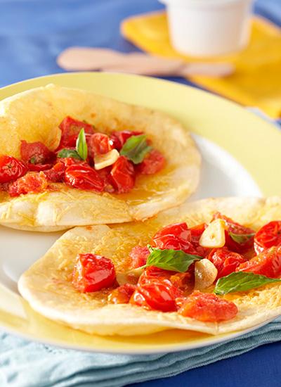 Crisps de tortilla con tomates cherry confitados
