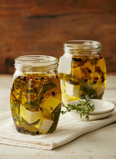 Cuajada marinada en aceite de hierbas de azotea