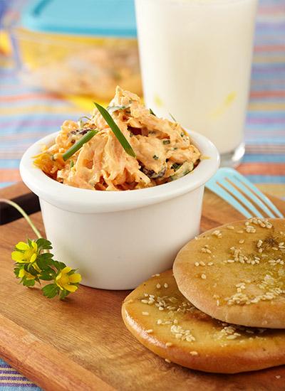 Ensalada cremosa de zanahoria con pan pita tostado con especias
