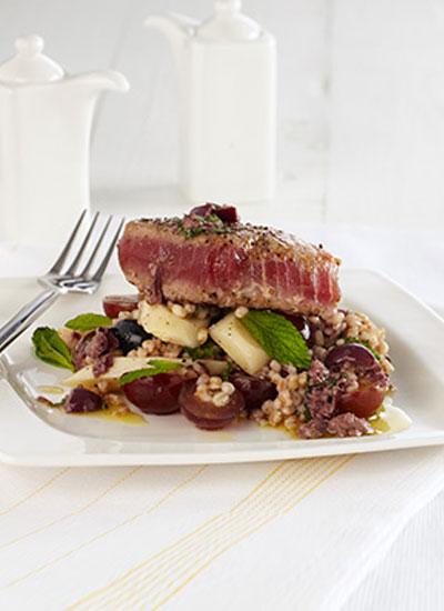 Filetes de atún sellados, ensalada de cebada y uvas