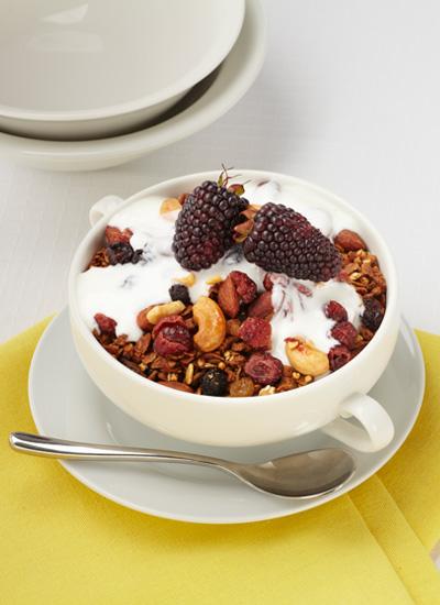 Granola con frutas y yogur