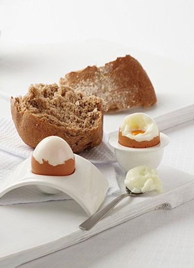 Huevos tibios con pan de avena y linaza