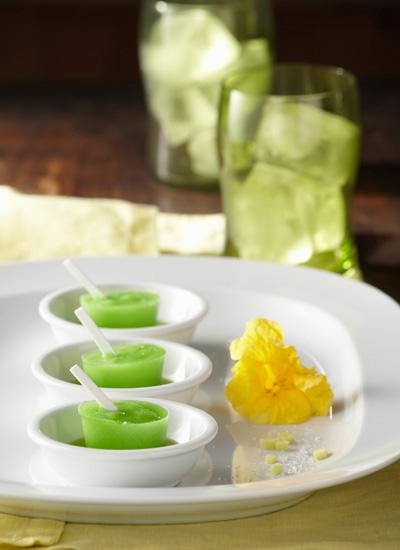 Paleta de mango verde con sal marina, pimienta y limón, acompañada de aceite de cilantro cimarrón