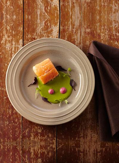 Salmón, cremoso de guascas y ñame morado
