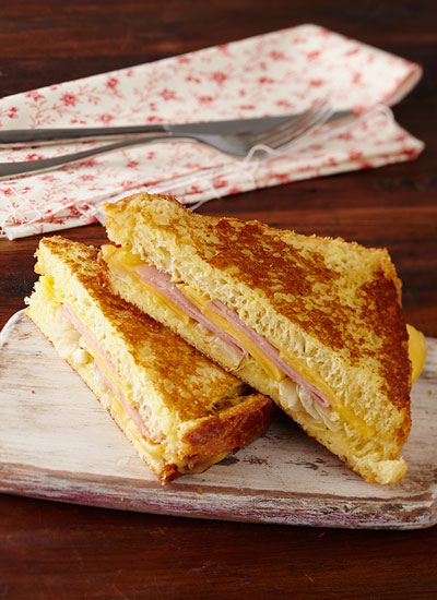 Sándwich Montecristo con queso Paipa, huevo y cebollas doradas