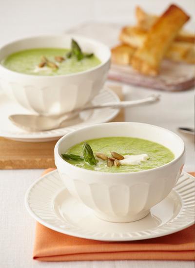 Sopa de espárragos con cremosino y semillas de calabaza