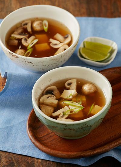 Sopa de tofu, hongos y cebollín