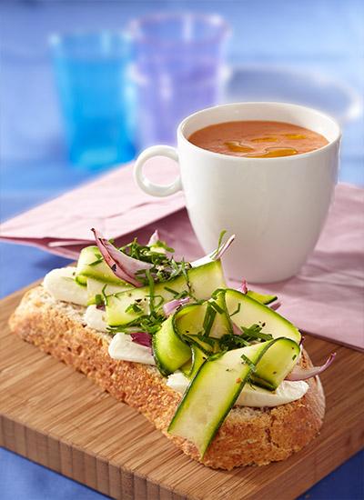Sopa fría de tomate con tartine de zucchini y cebollitas asadas
